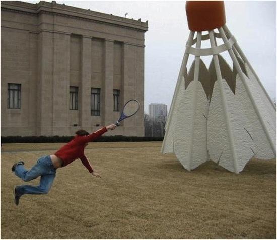 Faire du badminton avec un très gros volant.